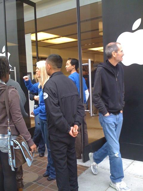 Глава Apple Inc в субботу посетил Apple Store в Palo Alto
