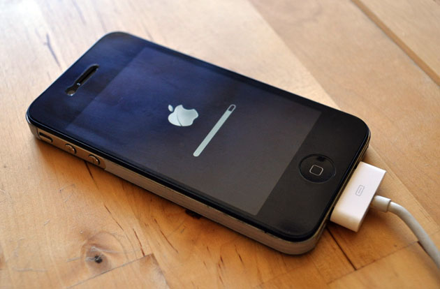 Обновление iOS 4.1 не решает проблему потери сигнала на iPhone 4